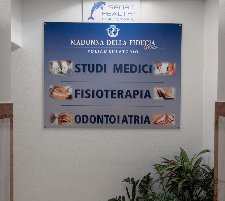 Dentista a appio latino: cartello blu interno clinica